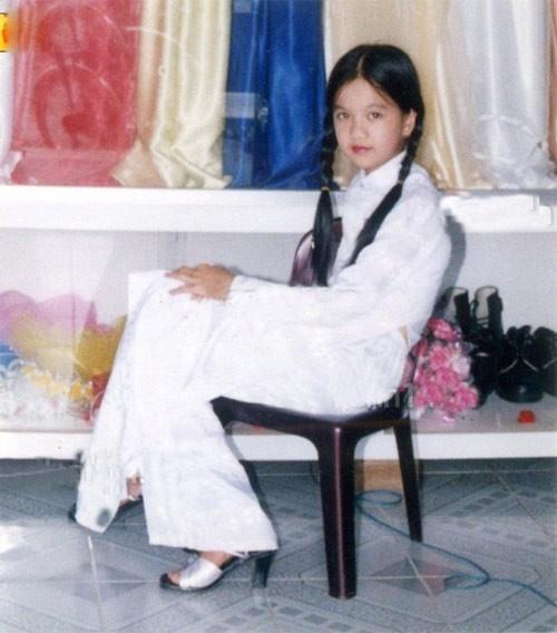 Ngọc Trinh đã biết diện áo dài trắng và mang guốc cao đi chơi Tết khi còn rất bé...