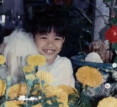 """Đông Nhi """"sún răng"""" cười toe toét khi được bố chụp ảnh Tết khi còn bé."""