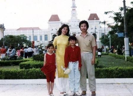 """Gia đình Thu Thủy có một bức ảnh """"đúng chuẩn"""" Tết Sài Gòn xưa trước UBND TP HCM cách đây chục năm về trước..."""