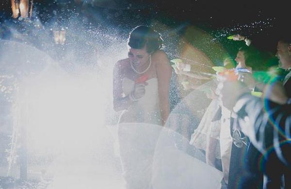 Cô dâu một mình chịu trận súng nước