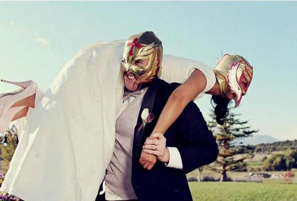Có những cuộc chiến không cân sức giữa cô dâu và chú rể.