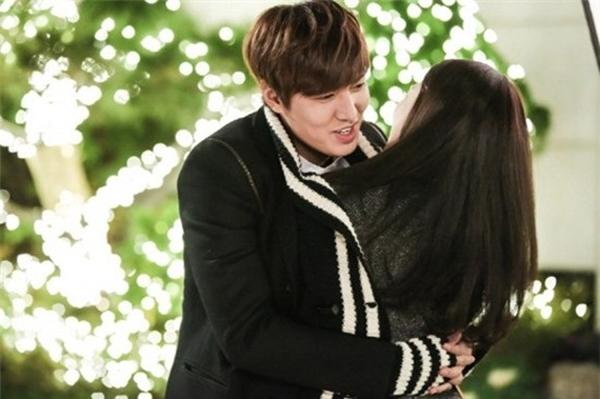"""Chàng thiếu niên Kim Tan đã """"đốn tim"""" biết bao trái tim fan nữ. Với tình cảm say đắm và đầy nhiệt huyết thanh xuân, chàng thừa kế không màng giang sơn, chỉ yêu mỹ nhân đã chiến thắng trong cuộc chiến giành trái tim lọ lem Eun Sang."""