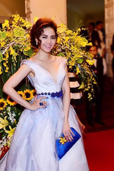 Chọn lối trang điểm và tông váy không thực sự tinh tế nhưng Đinh Ngọc Diệp vẫn nổi bật nhờ khoảng hở hờ hững - Tin sao Viet - Tin tuc sao Viet - Scandal sao Viet - Tin tuc cua Sao - Tin cua Sao