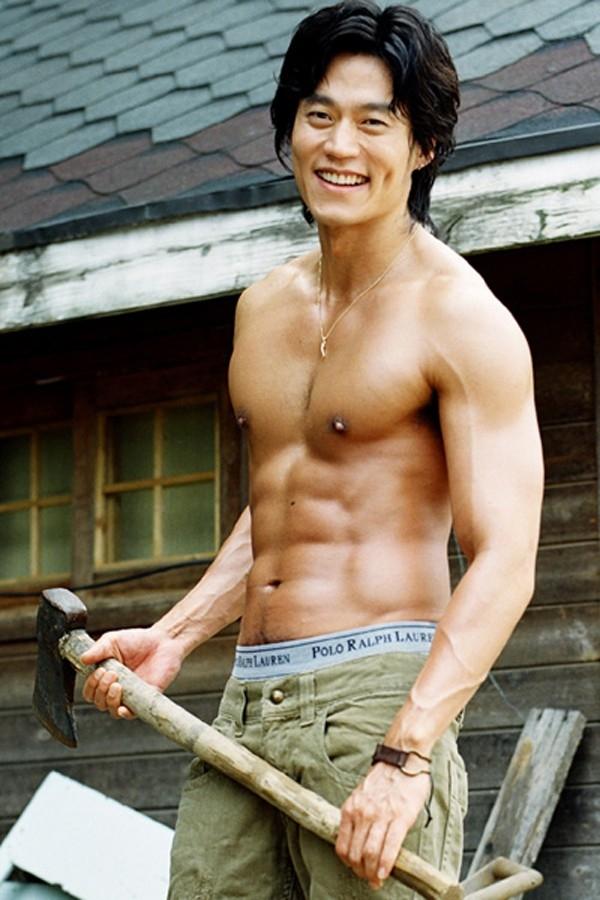 Nam diễn viên Lee Seo Jin có cánh tay to khỏe, cân đối với thân hình.