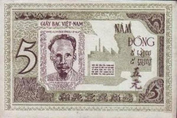 """Những năm 1945, người Việt Nam gọi tiền giấy là """"giấy bạc Cụ Hồ""""."""