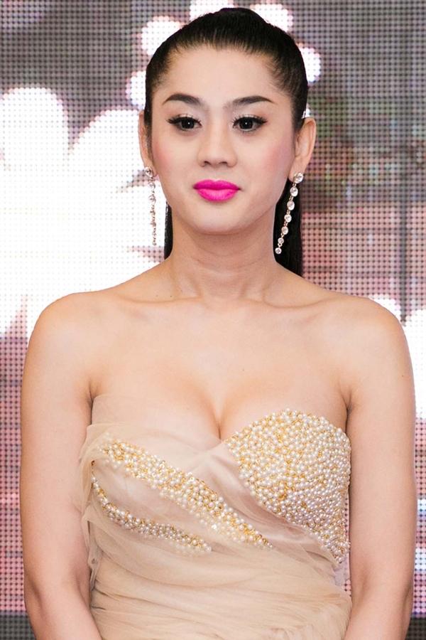 Người đẹp luôn diện trang phục táo bạo để tôn vòng 1 nhân tạo.