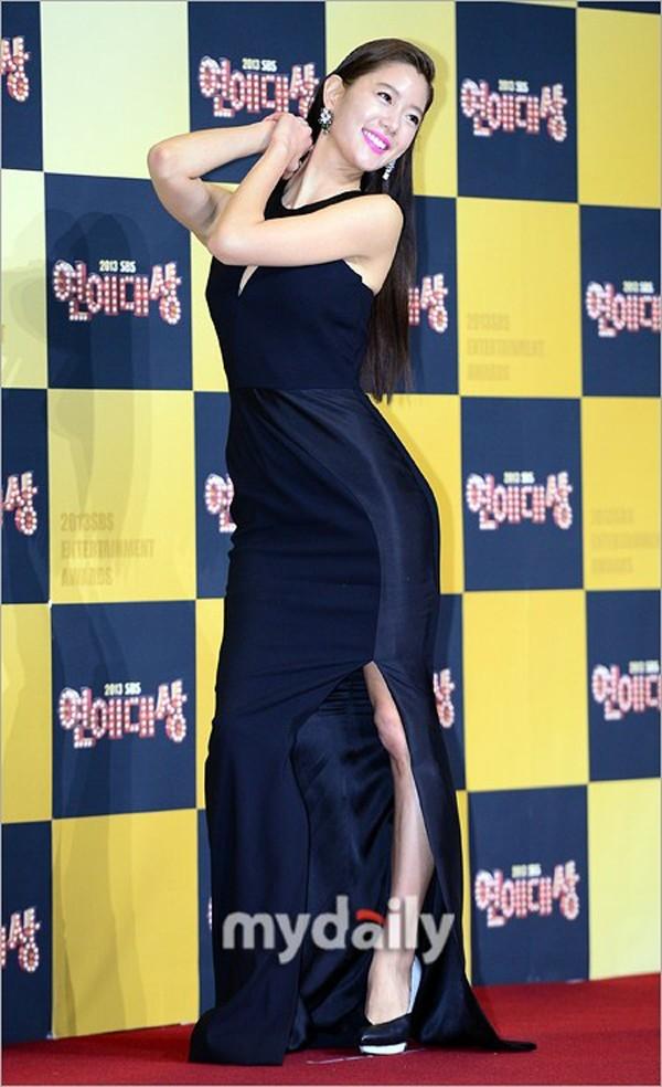 Clara nổi tiếng là ngôi sao sở hữu nhiều anti fan nhất showbiz Hàn hiện nay. Lý do là bởi cô từng có không ít bài phỏng vấn gây tranh cãi, cùng với đó là cách tạo dáng quá đà để khoe cơ thể gợi cảm mỗi khi xuất hiện. Trên thảm đỏ 2013 SBS Entertainment Awards cuối năm ngoái, nữ ca sĩ kiêm diễn viên uốn éo cơ thể đủ kiểu trên thảm đỏ.