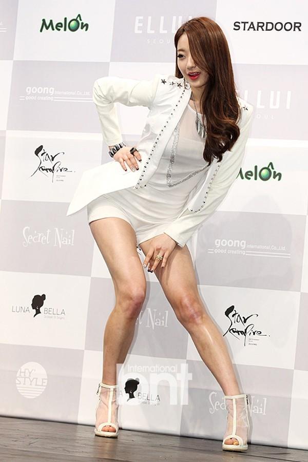 Thành viên Kyungri của nhóm nữ 9muses chống 1 tay, cúi thấp người khoe đường cong trong buổi ra mắt album Wild mùa hè năm ngoái.
