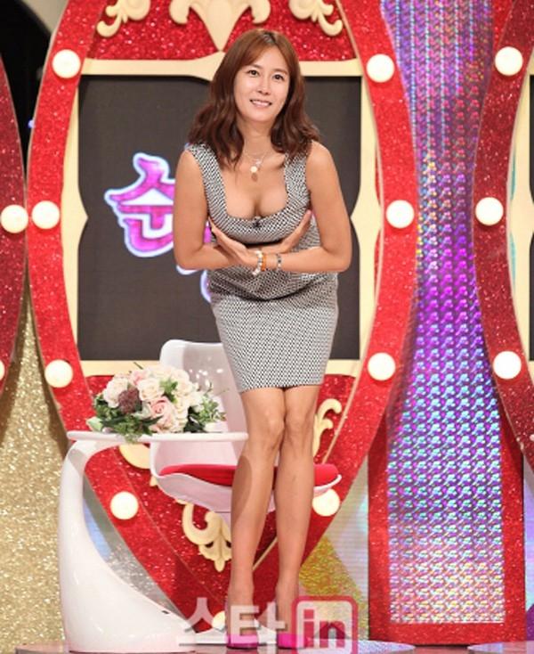 Trong một chương trình truyền hình, nữ diễn viên Hwang In Yeong gây phản cảm khi cố tình khoe vòng 1 bằng cách cúi thấp người, khoanh tay trước ngực.