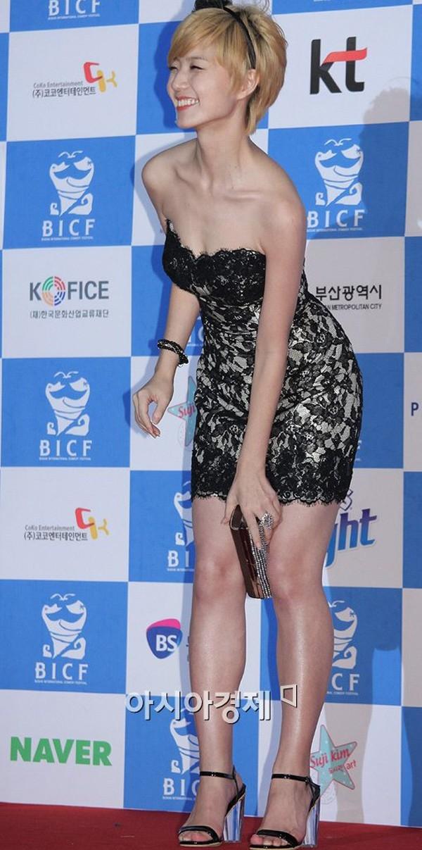 Nữ diễn viên Ahn Yeong Mi đặt ví giữa 2 đầu gối trên thảm đỏ. Dù không sở hữu nhan sắc đằm thắm nhưng Ahn Yeong Mi lại có nhiều chiêu trò gây chú ý như chụp ảnh nude, khoe ngực trên truyền hình.