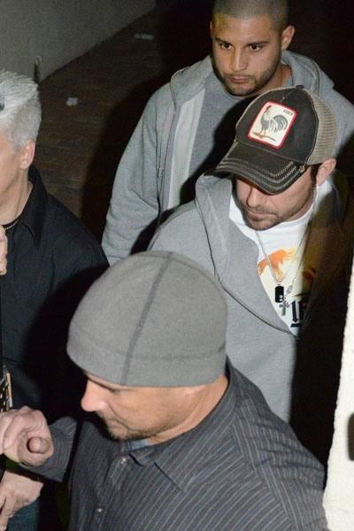 Cha của Justin, Jeremy Bieber (người mặc áo sơ mi sọc) cũng đã có những hành vi lăng mạ một nữ tiếp viên trên chuyến bay.