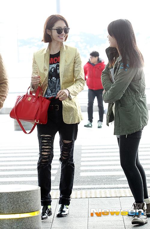 Nữ diễn viên Go Jun Hee xuất hiện với phong cách thời trang cá tính cùng blazer màu và jeans rách. Chiếc túi xách đỏ rực rỡ mang đến may mắn những ngày đầu năm mới.