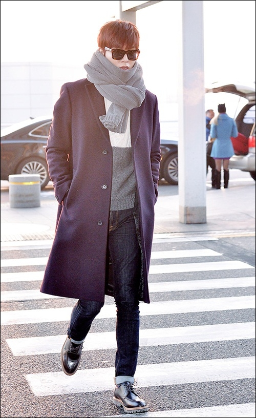 Lee Min Ho sành điệu không kém vai diễn Kim Tan trong The Heirs với áo khoác dáng dài, quần bò xắn gấu trẻ trung.
