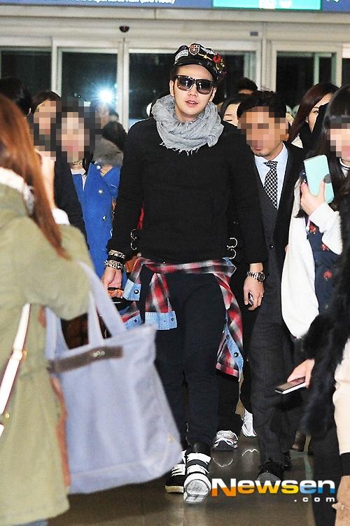 Jang Geun Suk luôn biết cách làm mình nổi bật với những phụ kiện độc đáo như mũ in hình, sơ mi caro đỏ buộc ngang.