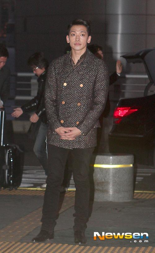 Rain ra dáng một quý ông cùng áo khoác dạ, mái tóc chải ngược kiểu cách.