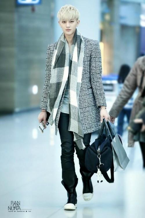 Tao (EXO) lên đường về quê ăn Tết với bộ trang phục trẻ trung, năng động sử dụng toàn họa tiết kẻ caro.