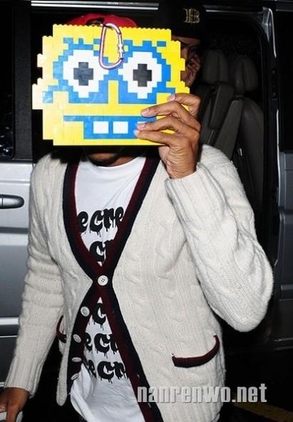 Pharrell Williams mang sẵn một chiếc mặt cười làm tấm chắn.