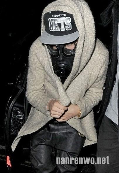 Chàng hoàng tử nhạc pop Justin Bieber như người ngoài hành tinh với chiếc mặt nạ phòng độc.