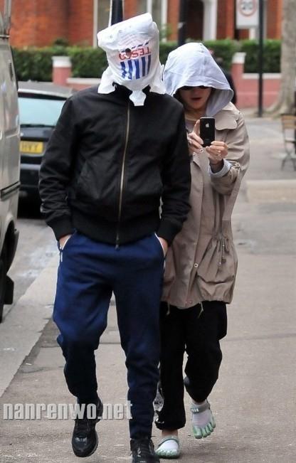 Ca sĩ chính của nhóm Muse Matt Bellamy và vị hôn thê Kate Hudson trên phố London hồi tháng 12/2011.