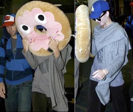 Katy Perry mang thú bông vừa làm đồ chơi vừa làm vật hộ mệnh.