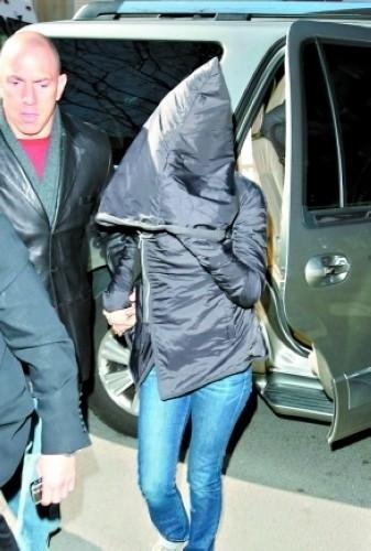 """Nữ diễn viên xinh đẹp Jennifer Aniston lại chọn cho mình chiếc áo với phần mũ """"siêu khủng"""" mỗi khi muốn trốn tránh."""