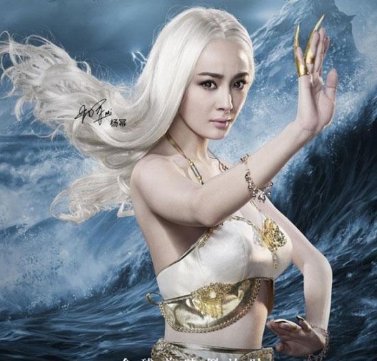 """Tạo hình khác lạ của Dương Mịch trong """"Huyền hải mê tung"""" gây ấn tượng mạnh. Với mái tóc bạch kim và gương mặt sắc lạnh, mỹ nhân Hoa ngữ được tôn lên vẻ gợi cảm và bí ẩn khôn lường."""