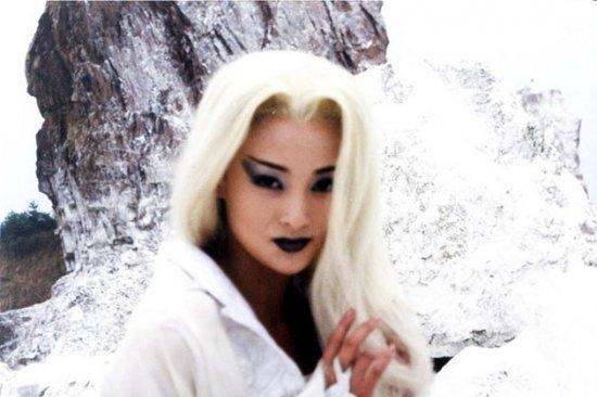 """Tưởng Cần Cần gây ấn tượng đặc biệt với vai diễn ma nữ trong """"Ma nữ tóc trắng"""". Vốn là gương mặt quen thuộc trong các vai diễn của tiểu thuyết Quỳnh Dao, nhưng với sự táo bạo trong đột phá lần này đã mang lại nét đặc sắc riêng trong sự nghiệp của cô."""