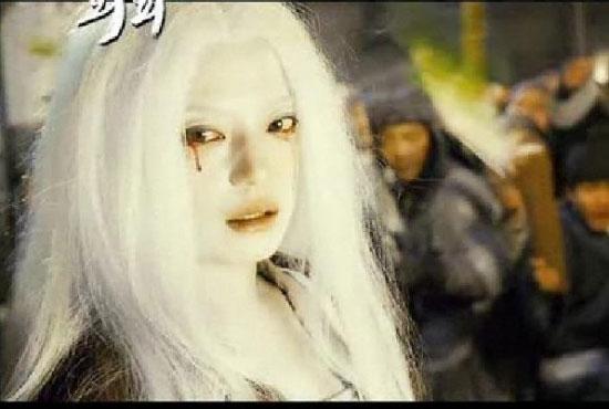 """Tạo hình của Triệu Vy khi bị biến thành yêu nữ tóc trắng trong """"Họa bì 1"""" khiến khán giả xót xa. Tuy được hóa trang để làm xấu nhưng với kỹ thuật diễn ánh mắt thành công giúp vai diễn này thành dấu ấn trong con đường nghệ thuật của Én nhỏ."""