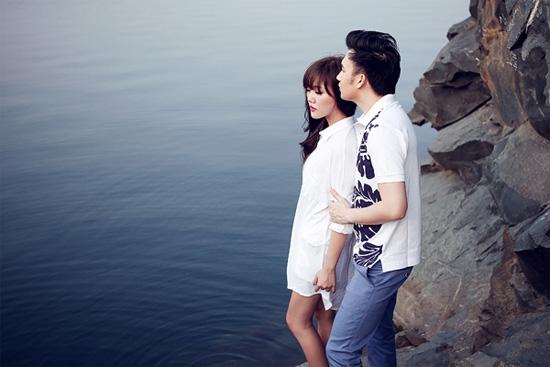Văn Mai Hương và Dương Triệu Vũ vào vai một đôi tình nhân trong bộ ảnh nhưng trong khi chàng trai nhìn xa xăm một cách ngờ nghệch thì cô gái mặt cứng đờ vì diễn quá đà. Nhìn cặp tình nhân này thật khó để cảm nhận được sự hòa hợp trong tình yêu