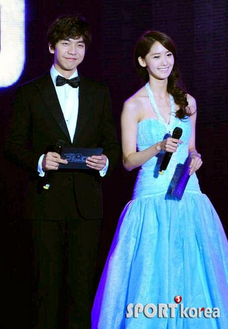 Yoona và Seung Gi đẹp đôi trên sân khấu lẫn đời thường