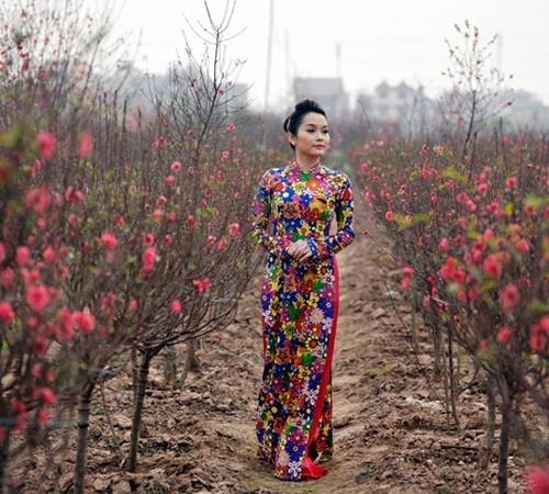 Đoàn Thúy Trang lãng mạn trong tà áo dài du xuân.