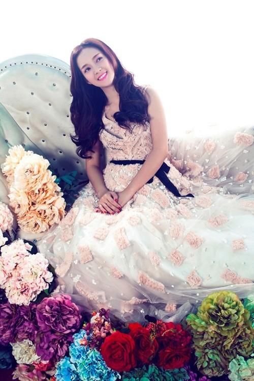 Đinh Hương bỗng trở nên lãng mạn với đầm voan điểm xuyết hoa cách điệu.