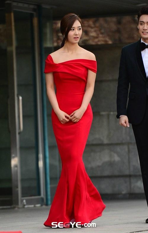 Yuri cực lộng lẫy trên thảm đỏ Gaon Chart Kpop 2014