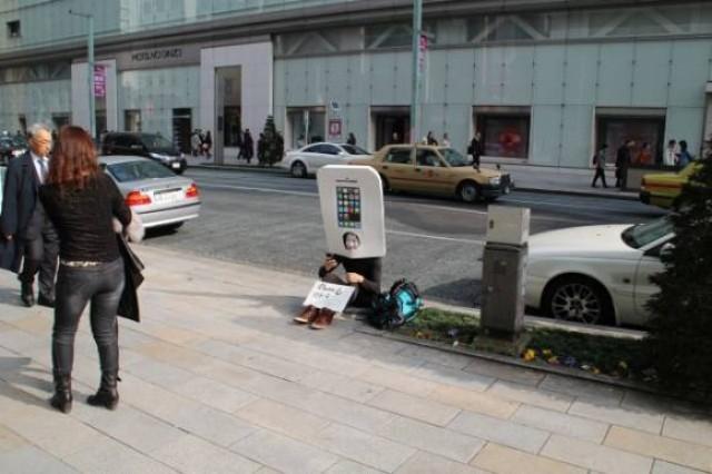 """Nhiều người qua đường tỏ ra thú vị đến... sợ hãi với chiếc """"iPhone di động"""" này."""