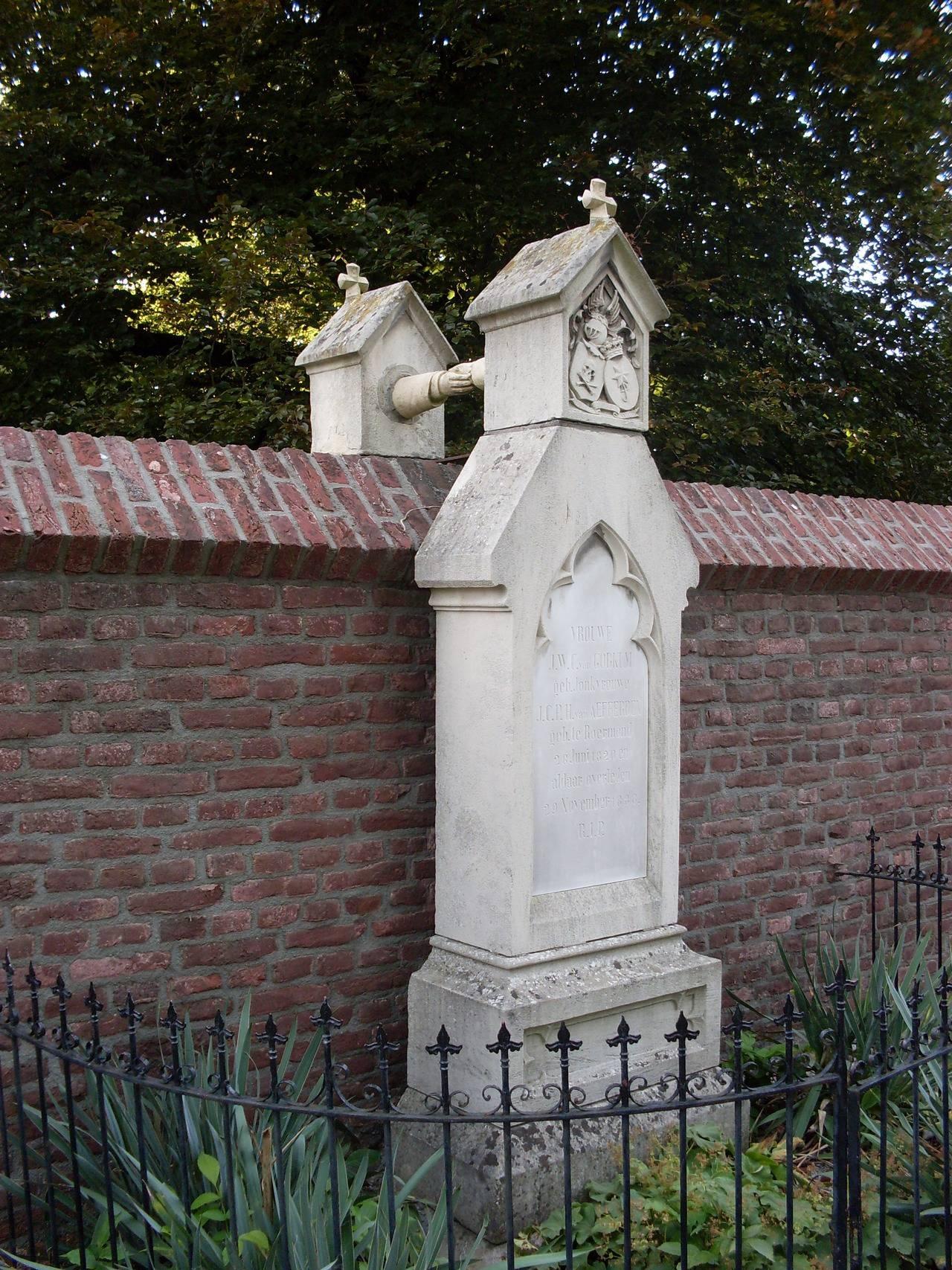 Khi tình yêu không thể chia cắt, thì dù cho mỗi người đều được chôn cất ở hai nghĩa trang khác nhau, thì vẫn có thể ở bên cạnh nhau. Đây chính là cách mà hai ngôi mộ của một người theo đạo Tin Lành và một theo đạo Công giáo được chôn cất cạnh bên nhau.