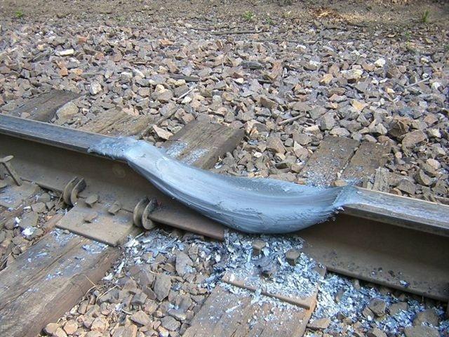 Khi một đoàn tàu bị chập mạch, hệ thống phanh đã được sử dụng nhưng động cơ lại không nhận được tín hiệu.