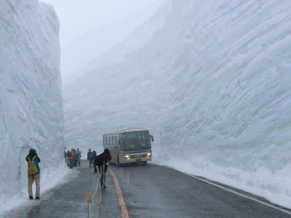 """Một con đường đã được dọn dẹp sau khi một trận tuyết lớn """"đổ bộ vào"""""""
