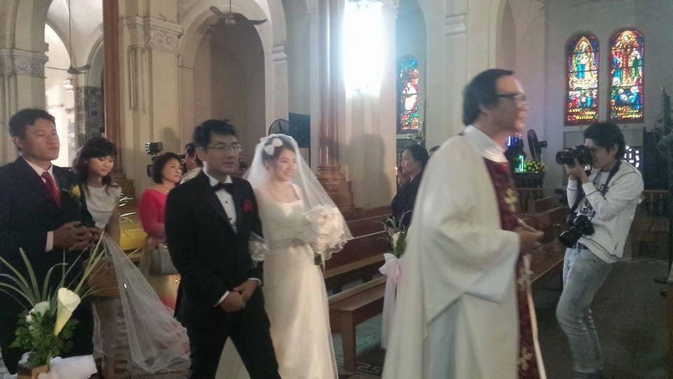 Hôn lễ của Ngô Quỳnh Anh được tổ chức trang trọng tại Nhà Thờ.   Cười thật hạnh phúc bên chú rể khi bước vào thánh đường