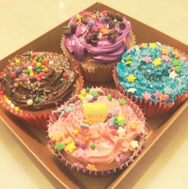 """Cô cũng chia sẻ một bức ảnh khác, viết """"cupcakes đầu tiên của tôi. Đó là một món quà. Fany và giáo viên Sunny, rất thú vị."""""""