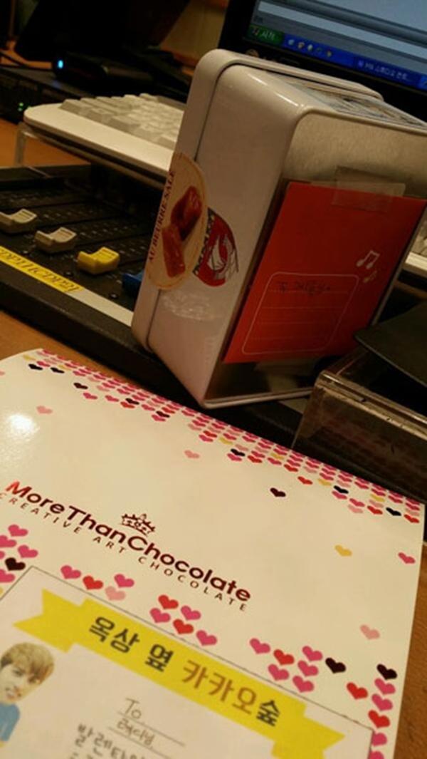 """Super Junior Ryeowook đã cảm thấy ngày Valentine tình yêu rất đặc biệt :""""Chocolate từ Paris và một lá thư viết tay từ N ^ ^ Đỏ mặt ㅋ ㅋ ㅋ Cảm ơn bạn."""""""