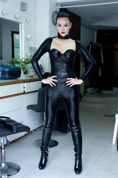 Những hình ảnh nóng bỏng của nữ diễn viên trong bộ phim Cô dâu đại chiến 2