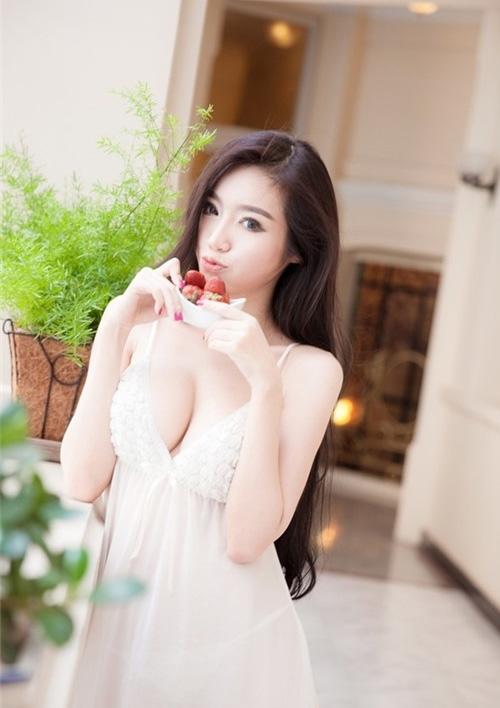 Elly Trần luôn được biết tới với các hình chụp nội y bốc khói