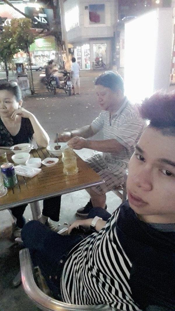 """Hoàng Tôn khoe ảnh ăn tối cùng ba mẹ:""""Đi ăn tối hậu valentine cùng đôi uyên ương u50""""."""