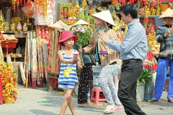 Trẻ em cũng tham gia chèo kéo khách.