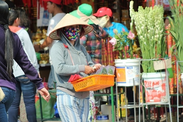 Hàng rong tung hoành ngang dọc chùa, hàng hóa được ra giá tùy vào độ sang trọng của khách hành hương.