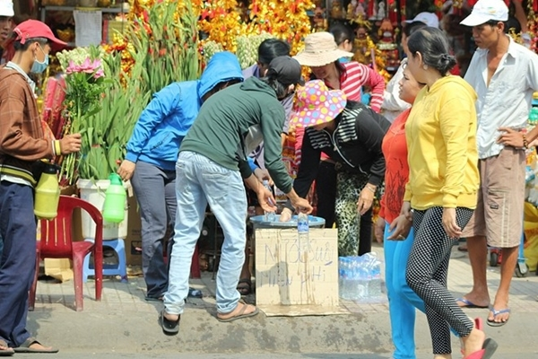 Nước suối phát miễn phí cho khách thì bị đội quân bán hàng rong hôi sạch trong chớp mắt rồi bán lại cho khách.