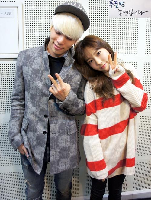 Hình ảnh đáng yêu của hai chị em Taeyeon và Jonghyun trong chương trình radio của đài MBC