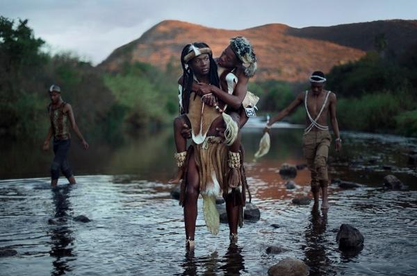 Hình ảnh người đàn ông cõng người yêu lội qua suối...