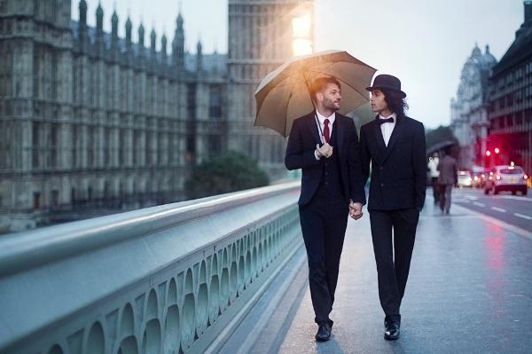 Hoặc hai người đàn ông trên đường phốLuân Đôntrao cho nhau cái nhìn yêu thương đầy trìu mến.