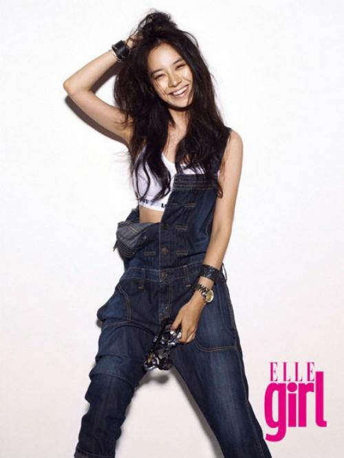 """Mỹ nhân Song Ji Hyo là """"hoa giữa rừng gươm"""" trong chương trình truyền hình thực tế Running Man. Chính vì vậy các cô gái rất ghen tỵ khi Song Ji Hyo được bên cạnh các chàng trai """"cool"""" nhất trong Running Man"""
